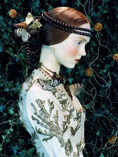 """Lily Cole por Miles Aldridge para Vogue Italia, Fevereiro de 2005. Uma imagem claramente inspirada no Renascimento, que se utiliza até da falta de profundidade para nos remeter às pinturas da época. Um detalhe que não passa por nós sem detectarmos essa """"estranheza"""" e associarmos ao período."""